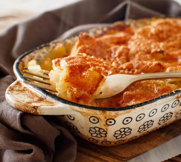 オーブンで調理したジャガイモとタラ