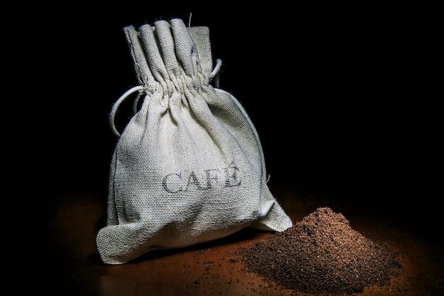 影のコーヒーとコーヒーの穀物のコーヒーカップ