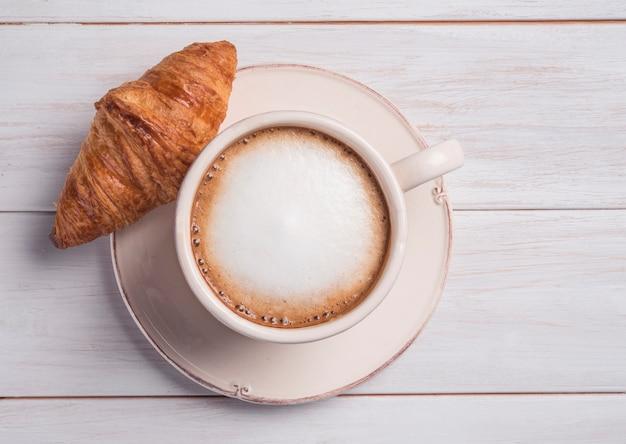 커피와 크로와상 나무 배경 아침 아침 평면도