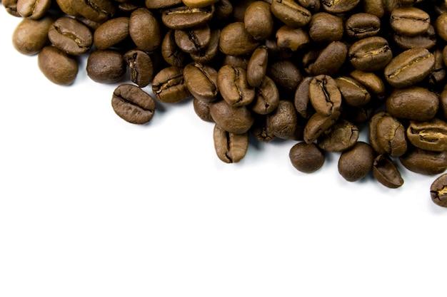Кофе в зернах крупным планом на белом