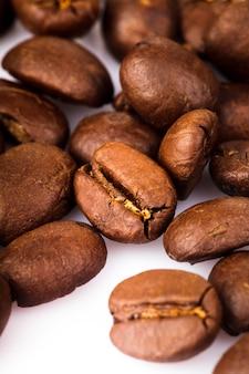 白い背景で隔離のコーヒー豆のヒープ
