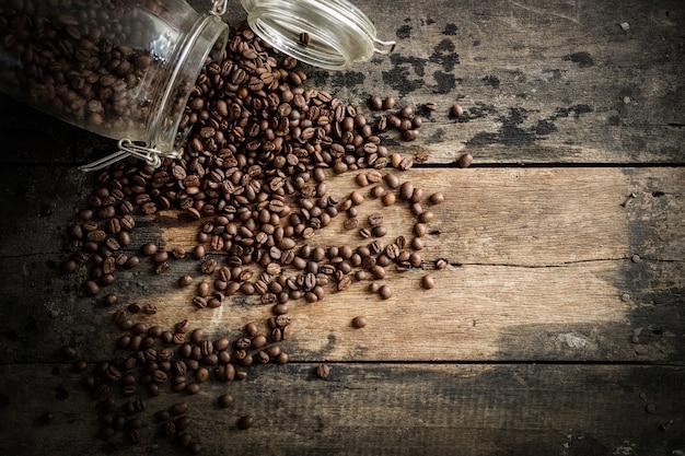 Кофейные бобы на фоне дерева гранж.