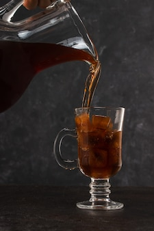 커피 콜드 브루 잉이 물병과 함께 얼음 잔에 부어