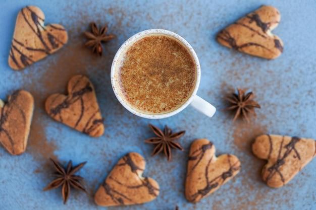 쿠키와 스타 아니스를 곁들인 커피