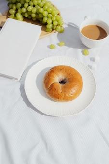 카페테리아에서 좋은 아침을 위한 커피, 좋은 책과 빵
