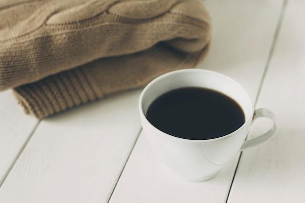 白い背景の上のコーヒーと毛布
