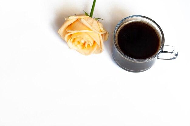 Кофе и желтая роза на белом фоне, копией пространства