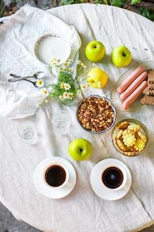 コーヒーとテーブルの屋外カントリーテラスの朝食