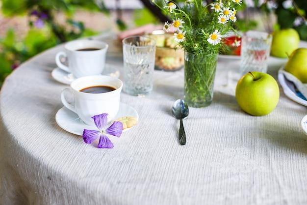 Кофе и завтрак на столе чаепитие на свежем воздухе