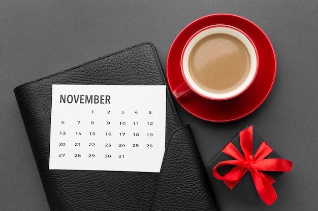 커피와 달력 사이버 월요일 개념
