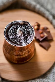 木の板にコーヒーとチョコレートの配置