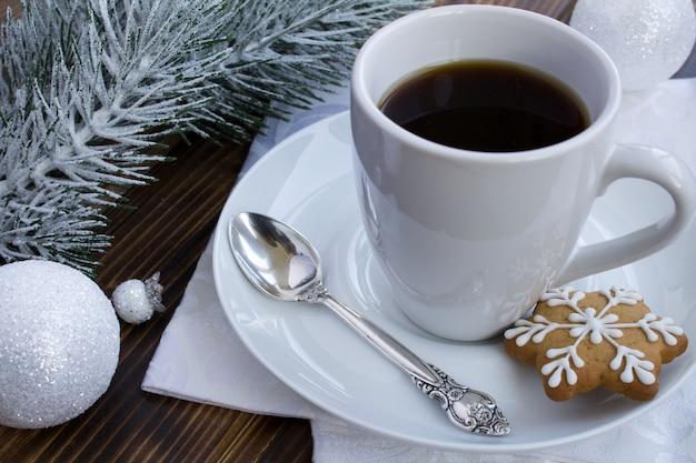 木製の背景にコーヒーとクリスマスの構成