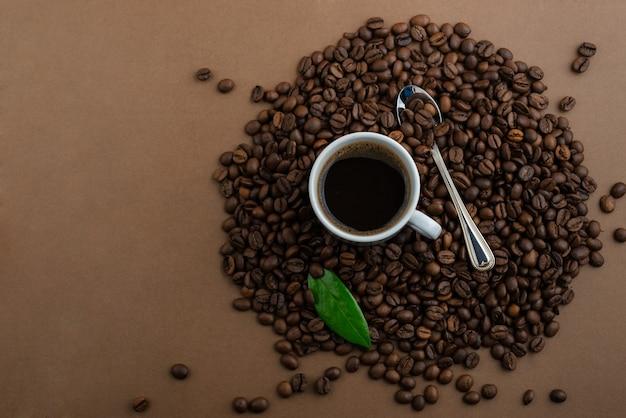 茶色のテーブルの上のコーヒーとコーヒー豆
