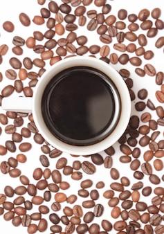 Кофе и кофейные зерна на белом.