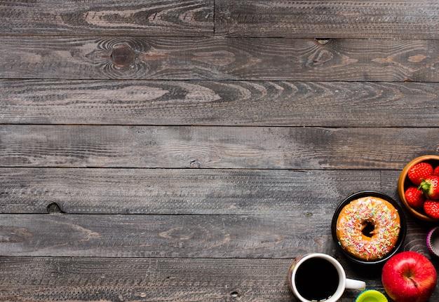 素朴な木製の背景の朝食のコーヒーとクロワッサン