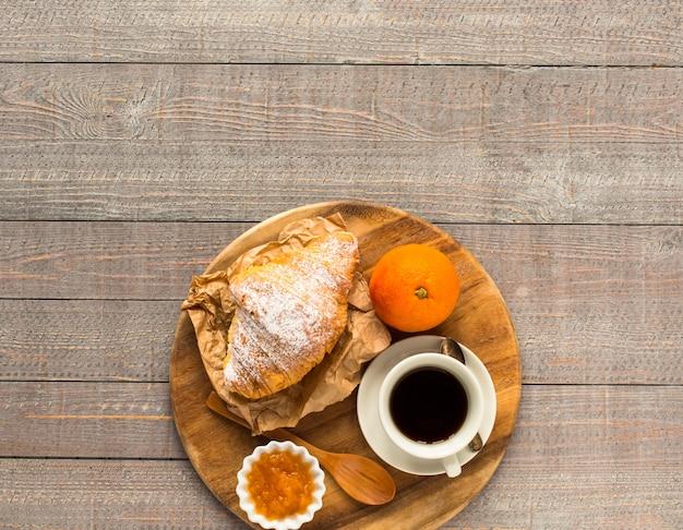 朝食、トップビューのコーヒーとクロワッサン