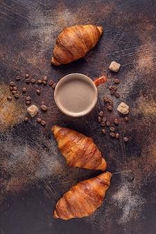 커피와 돌 배경에 크로