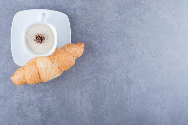 커피와 크루아상. 고전적인 프랑스 식 아침 식사.