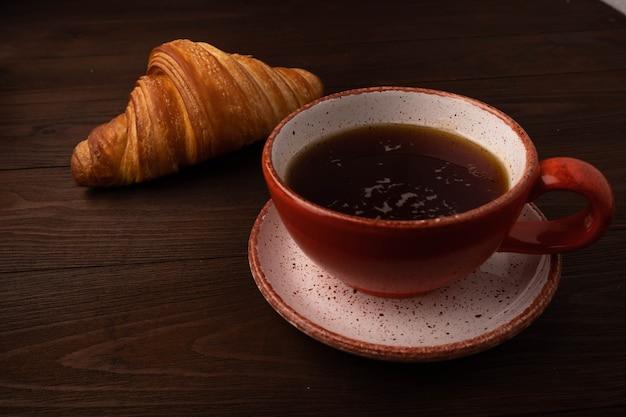 나무 테이블에 커피와 크루아상