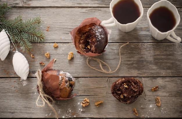 コーヒーとクリスマスの装飾と木製の背景のデザート