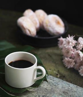 朝食用のコーヒーとドーナツ