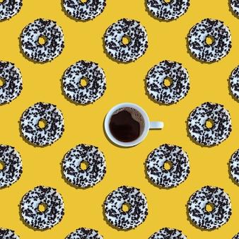 黄色の背景の上からコーヒーとドーナツのパターン