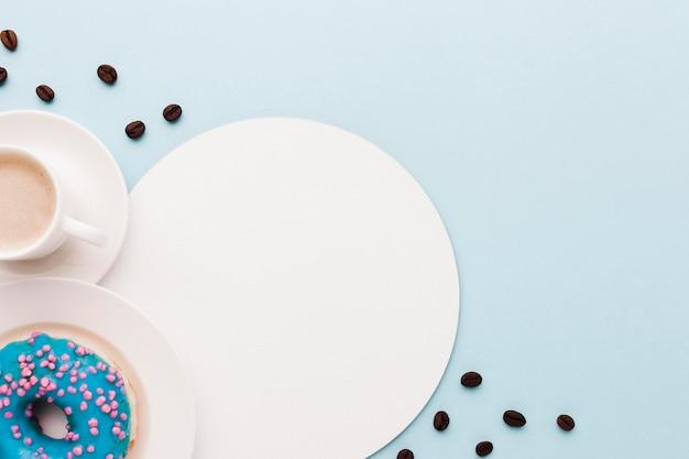 Кофе и пончик с копией пространства