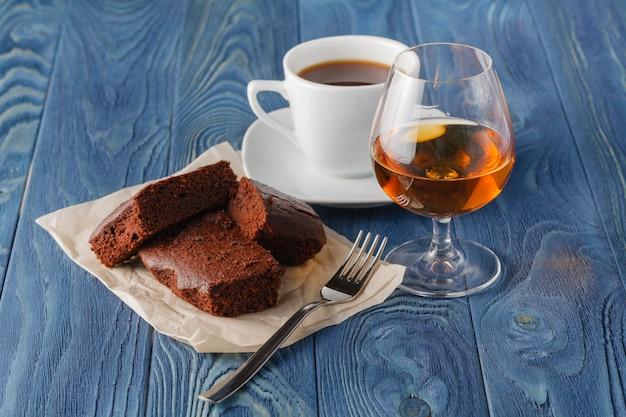 Кофе и напитки. чашка кофе и коньяк, бренди, виски, аперитив в современном ночном баре