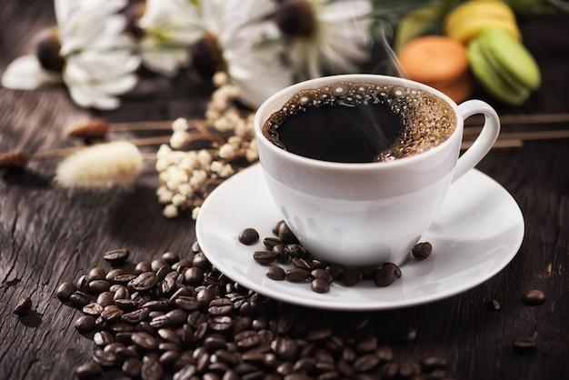 朝の陽光と朝食のためのコーヒーと花