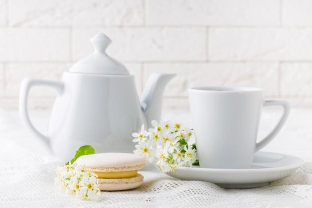 白いトーンのコーヒーとフレンチマカロン