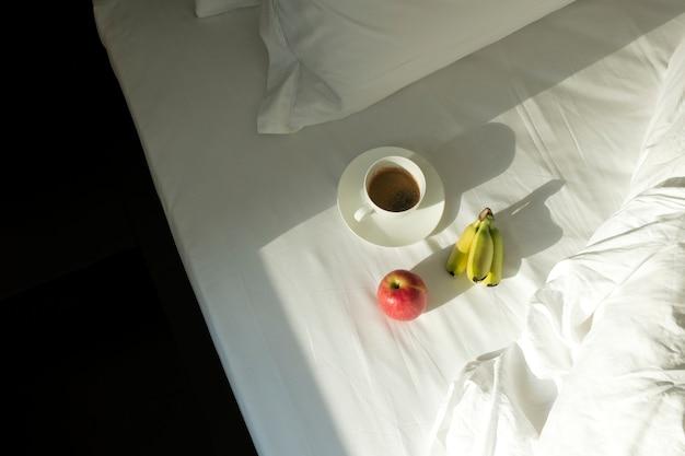 コーヒーとフルーツの白いシーツ