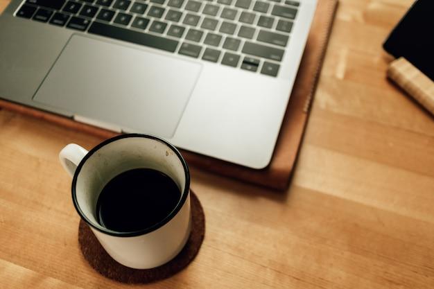 テーブルの上のコーヒーとラップトップ