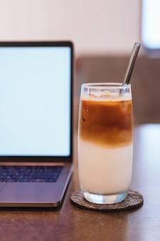 木製のテーブルの背景にコーヒーとラップトップ。繁体字中国語のアルファベットオペレーティングシステムで使用します。