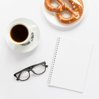 Кофе и крендель на завтрак