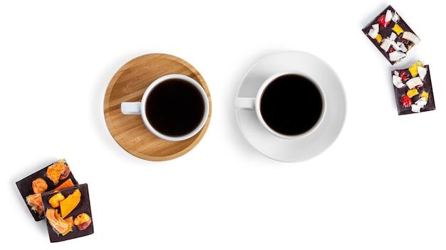 白い背景の上のコーヒーと生チョコレート