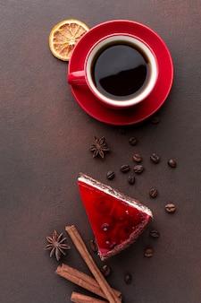 フラットでコーヒーと赤いケーキを置く