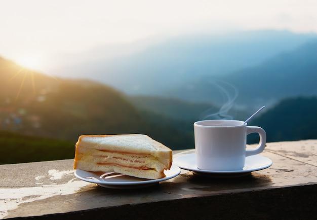 マウンテンビューの朝のコーヒーとサンドイッチ。