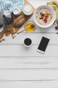 Кофе и смартфон рядом с завтраком Бесплатные Фотографии