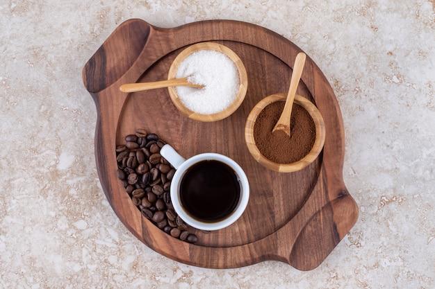 작은 나무 쟁반에 커피와 설탕