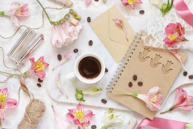 ピンクの花の上面図の間に白いテーブルの上のコーヒーと砂糖