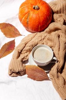 Кофе и свитер осенний фон