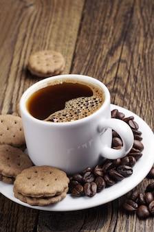 나무 테이블에 커피와 달콤한 쿠키