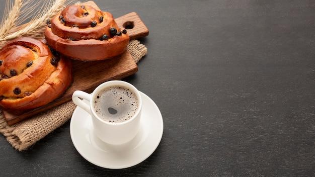 Кофе и вкусные бублики копируют пространство