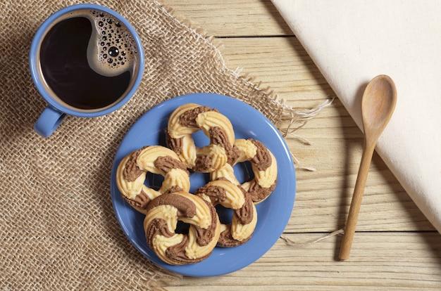 Кофе и вкусное печенье на столе