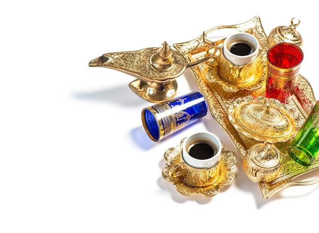 コーヒーと紅茶のグラス。ラマダンカリーム。アラビアランタン