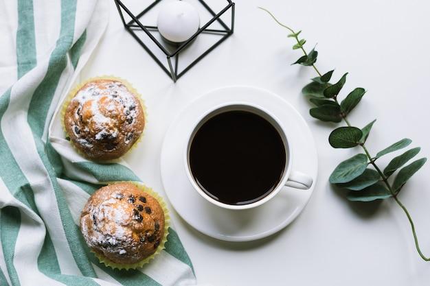 커피와 흰색 표면에 두 머핀