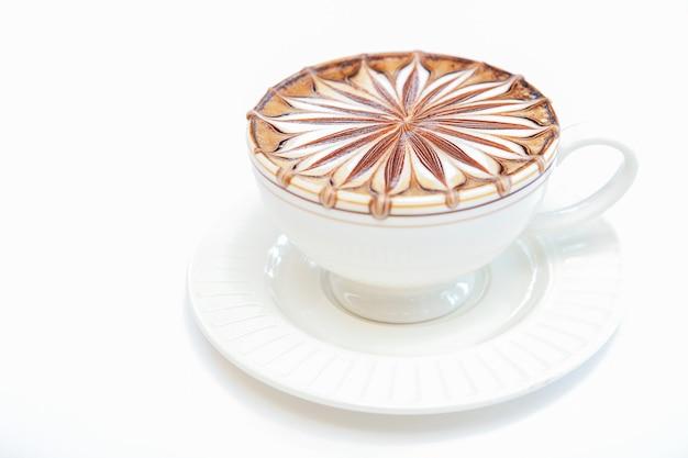 흰색 바탕에 커피 예술입니다.