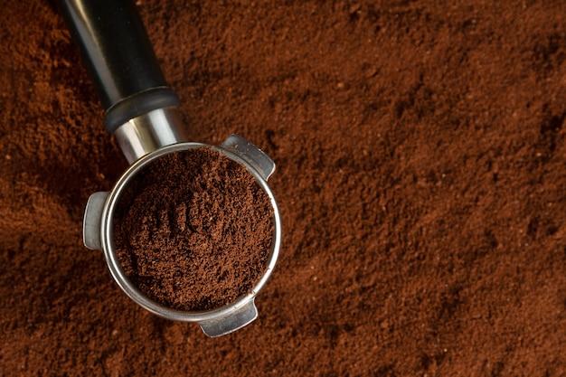 挽いたコーヒーをマシンから自動で抽出