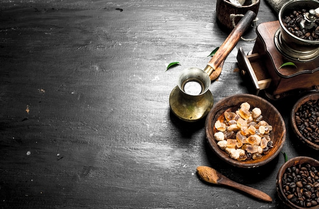 コーヒーの背景黒い黒板に砂糖の結晶とコーヒー豆と新鮮なコーヒー