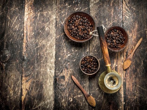 コーヒーの背景ボウルに穀物を入れた淹れたてのコーヒー
